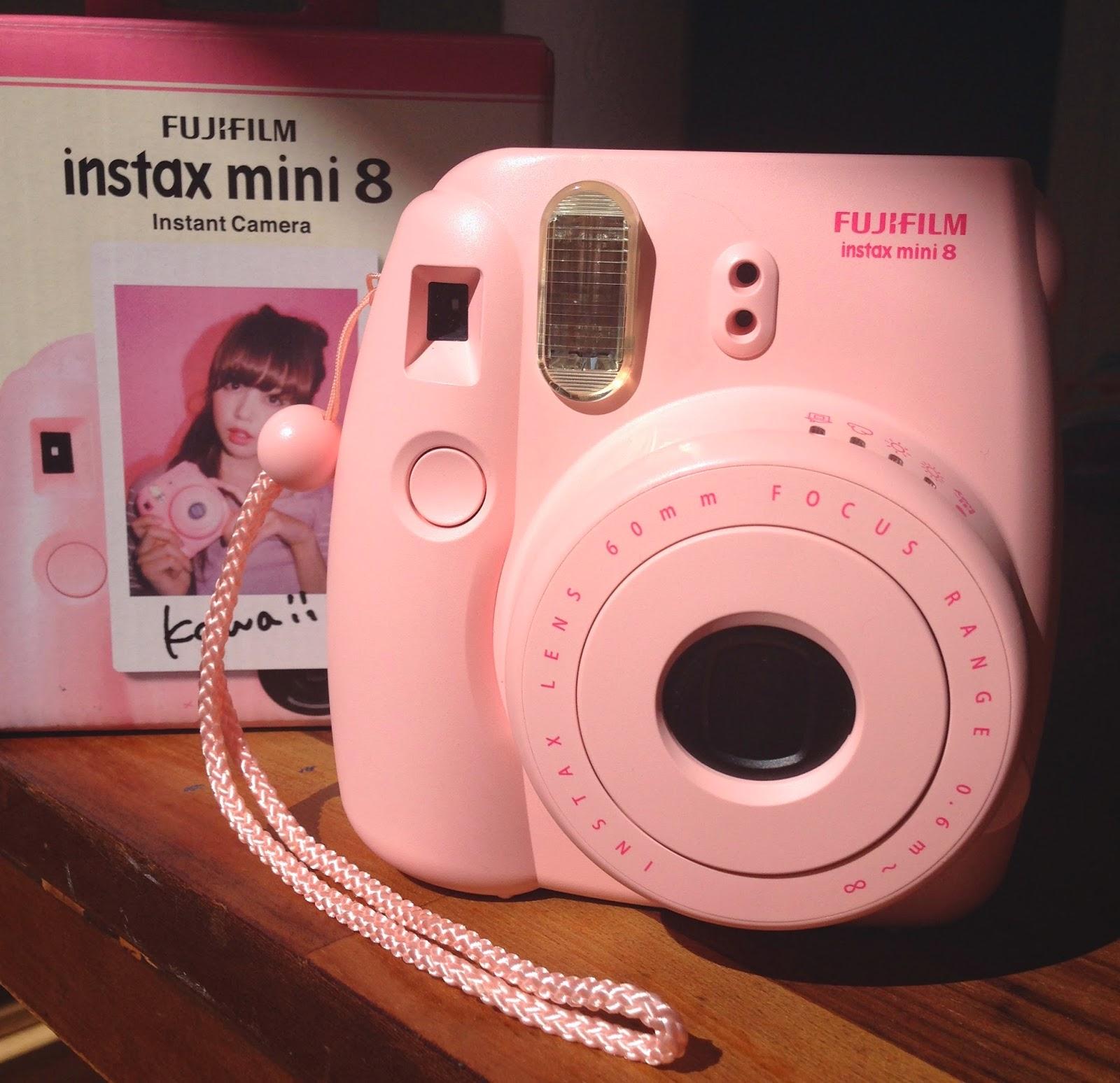 Instax Mini 8 rosa - foto di Elisa Chisana Hoshi