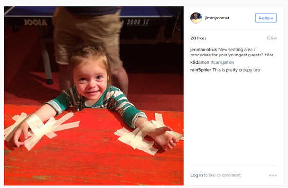 foto de una niña pegada en una silla en la cuenta de instagram de james alefantis
