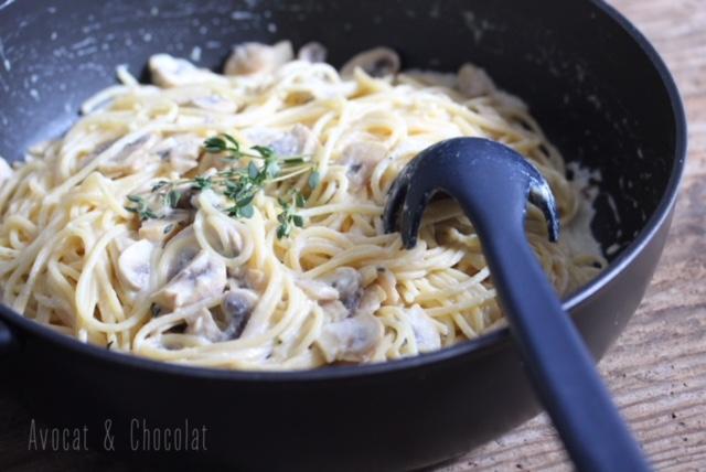 """alt=""""spaghetti citron champignons dans une poêle noire décorés d'un brin de thym frais"""""""