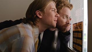 Luke y Zack mirando por una ventana