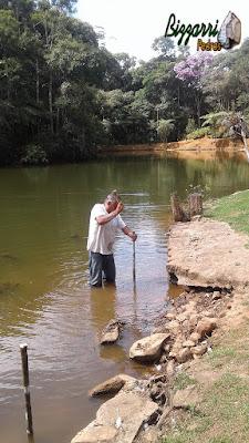 Bizzarri fazendo a marcação com estacas onde vamos fazer a execução do muro de pedra em volta do lago com a execução do caminho de pedra e a execução do paisagismo. 14 de fevereiro de 2017.