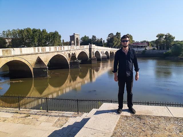 Harun İstenci Edirne'de, Meriç ve Tunca Nehirlerinin kesiştiği noktada tarihi Meriç Köprüsü üzerinde.