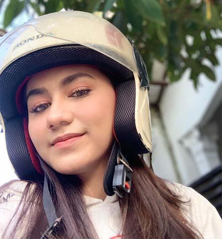 Nadhea Tanj Pakai Helm