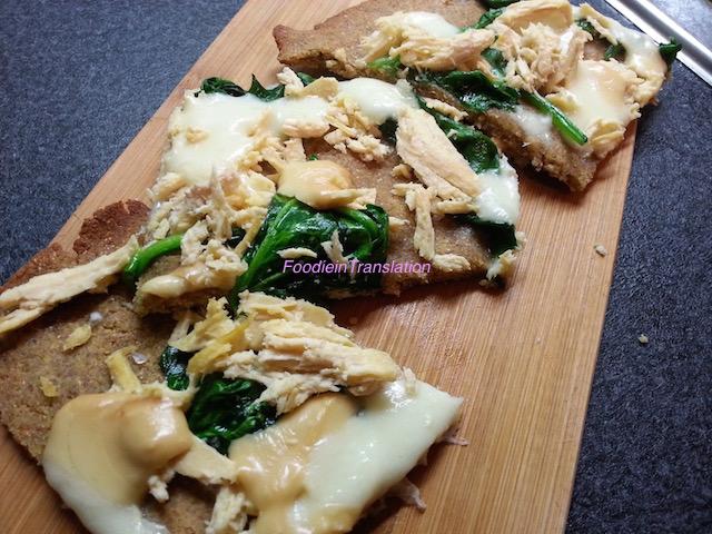 Pizza con pollo, spinaci e mozzarella
