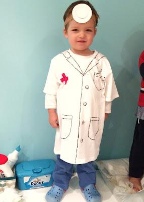 Niño disfrazado de médico