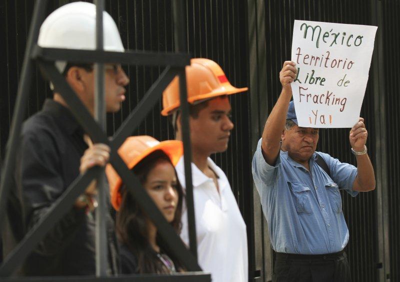 """Peña Nieto permitirá el """"fracking"""" para que transnacionales obtengan gas y petróleo."""