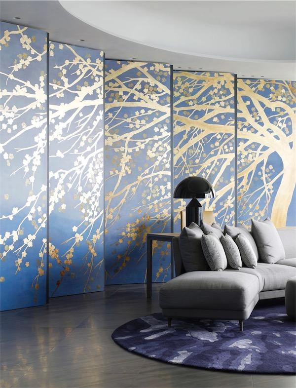 salon con paneles en azul y dibujo floral en oro chicanddeco