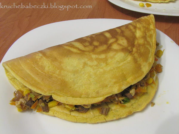 Puszysty omlet z mięsem i warzywami