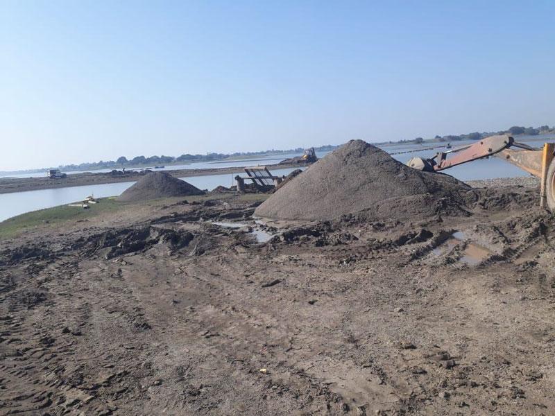 Guerrilla-action-against-illegal-sand-mining-5-boat-and-setup-recovered-अवैध रेत खनन के विरुद्ध छापामार कार्रवाई 5 नाव और सेटअप बरामद