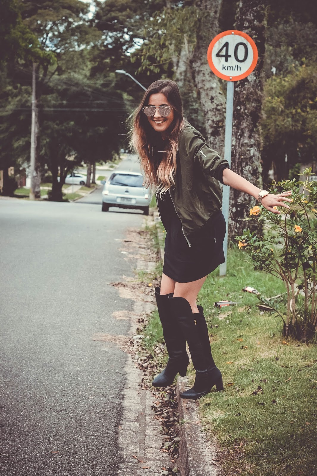 Look bomber jacket, saia e bota over the knee - Ally Arruda