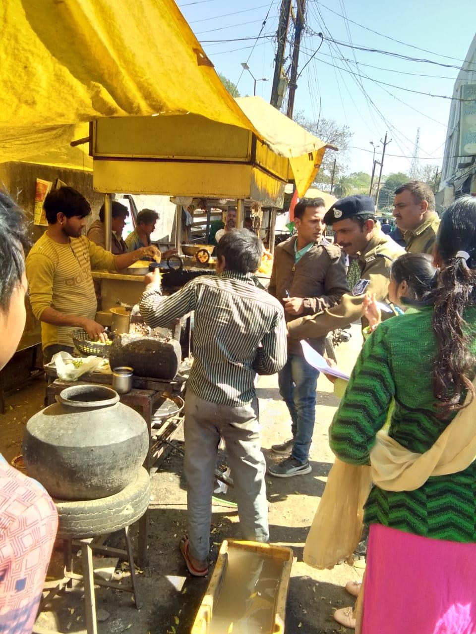 चाईल्ड लाईन व बाल कल्याण समिति ने दुकानदारो से बाल मजदूरी बंद करने की करी अपील