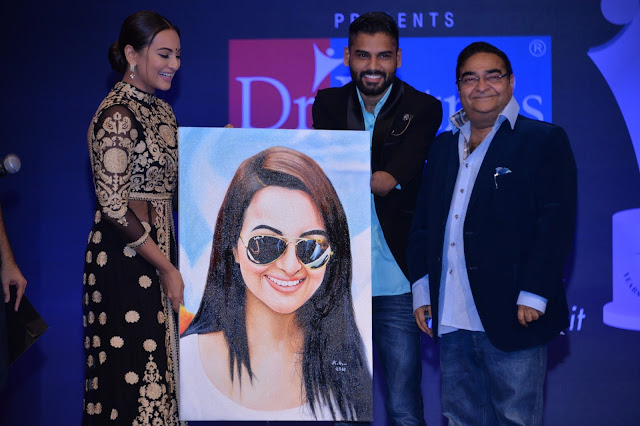 Sonakshi Sinha recieves a gift from disabled artiste Dhaval Khatri long with Dr. Mukesh Batra at Dr. Batra's Positive Health Awards held in Mumbai on 23-Nov-16