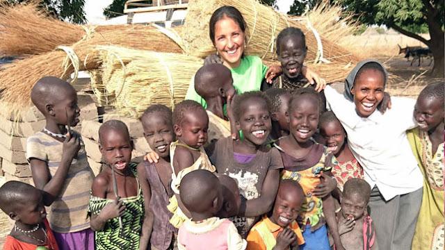 Marta y sor Jane (a la derecha) con un grupo de niños en la aldea de Tonj