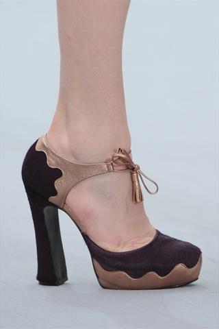 zapato con el talón cerrado y tira a través del empeine (la parte de arriba  del pie) 9fcc2ee79340