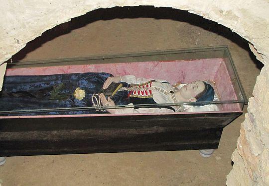 Kopia zmumifikowanych zwłok Zofii Bośniaczki w krypcie kaplicy zamkowej.