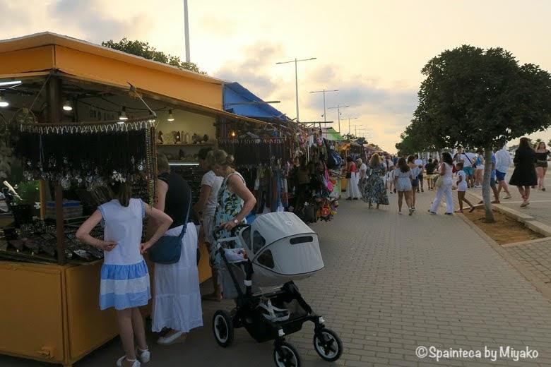 Dénia デニアの夕暮れどきに露天商で買い物をする親子連れ