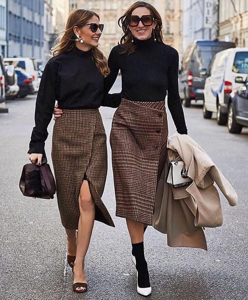 O xadrez não ficou restrito aos blazers. Na Europa, elas estão desfilando  com lindas saias midi. Eu queria as duas! f7513cfcdd