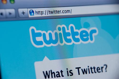 Cien millones de usuarios acceden a su cuenta de Twitter a diario, informaron hoy los responsables de la popular red social a través de su blog oficial, disipando así las dudas sobre el grado de actividad de los más de 200 millones de tuiteros con que cuenta la página. Se calcula que unos 200 millones de personas se han registrado en Twitter, pero hasta ahora se desconocía que el 50 por ciento de esos usuarios consulta la página todos los días ya sea para informarse (como hacen el 40 por ciento de usuarios) o para compartir sus propios mensajes. El