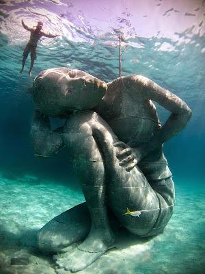 escultura bajo el agua