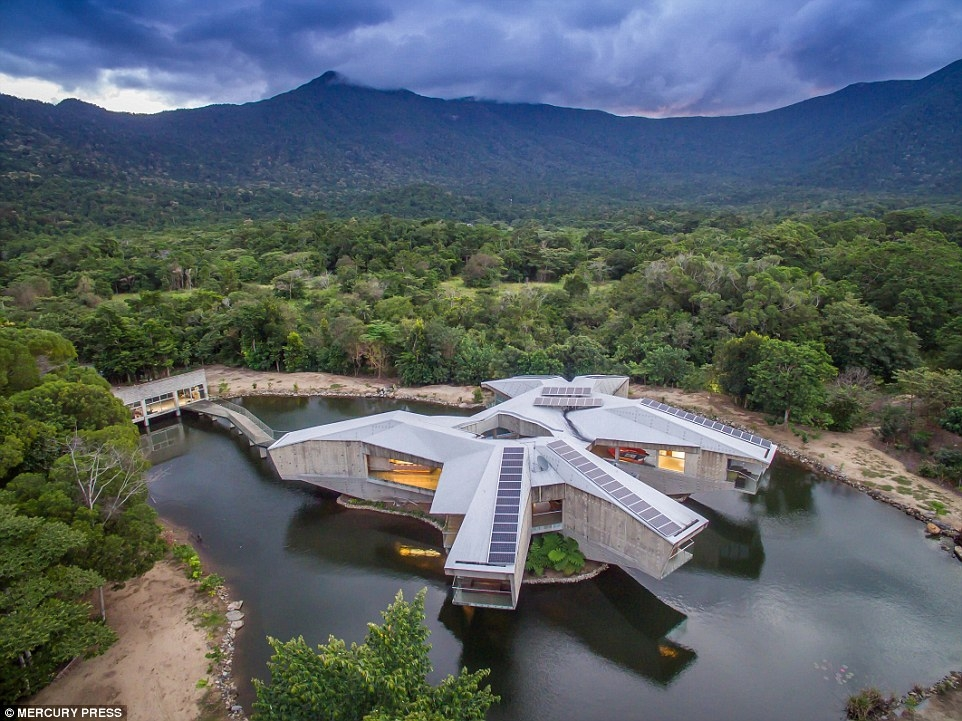 01-Aerial-Photograph-Charles-Wright-Architecture-with-Star-Wars-Millennium-Falcon-Inspired-House-www-designstack-co
