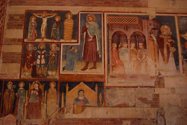 Nombreuses scènes en fresques, comme Saint Georges terrassant un dragon tenu… en laisse par la princesse ! D'autres scènes montrent le baptème du Christ, la résurrection de Lazare ou le transfert des reliques de Saint Zenon.