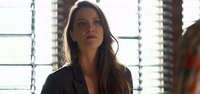 Fabiana (Nathalia Dill) vai chantagear a rival e ficar na mira de uma arma em cena de A Dona do Pedaço