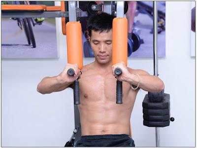 Bài tập ép cơ ngực với giàn tạ đa năng xuki