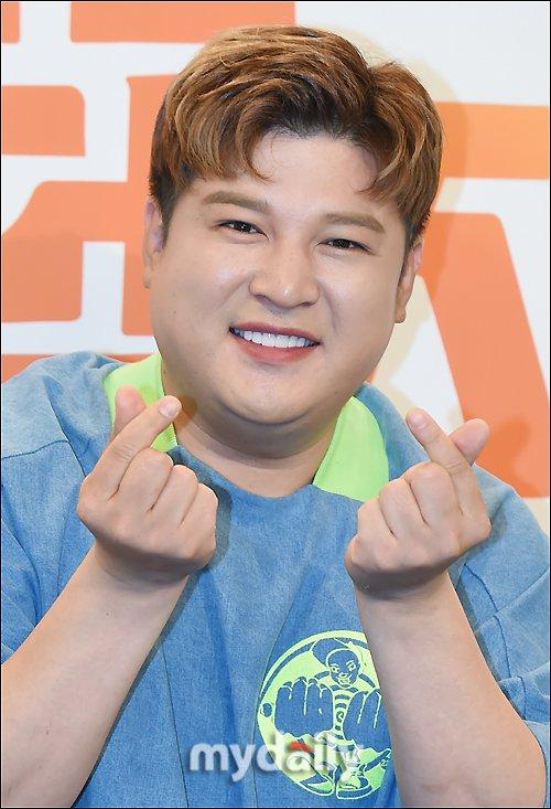 Lee Soo Man le pregunta a Shindong si va a realizar una