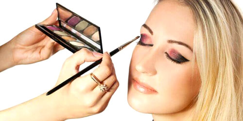 Chica maquillando