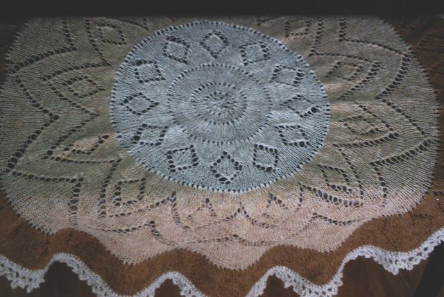 Pi shawl d'Elizabeth Zimmermann en trois couleurs