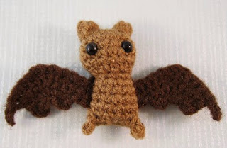 http://translate.google.es/translate?hl=es&sl=en&tl=es&u=http%3A%2F%2Flucyravenscar.blogspot.co.uk%2F2014%2F10%2Fitty-bitty-bat-free-amigurumi-pattern_16.html