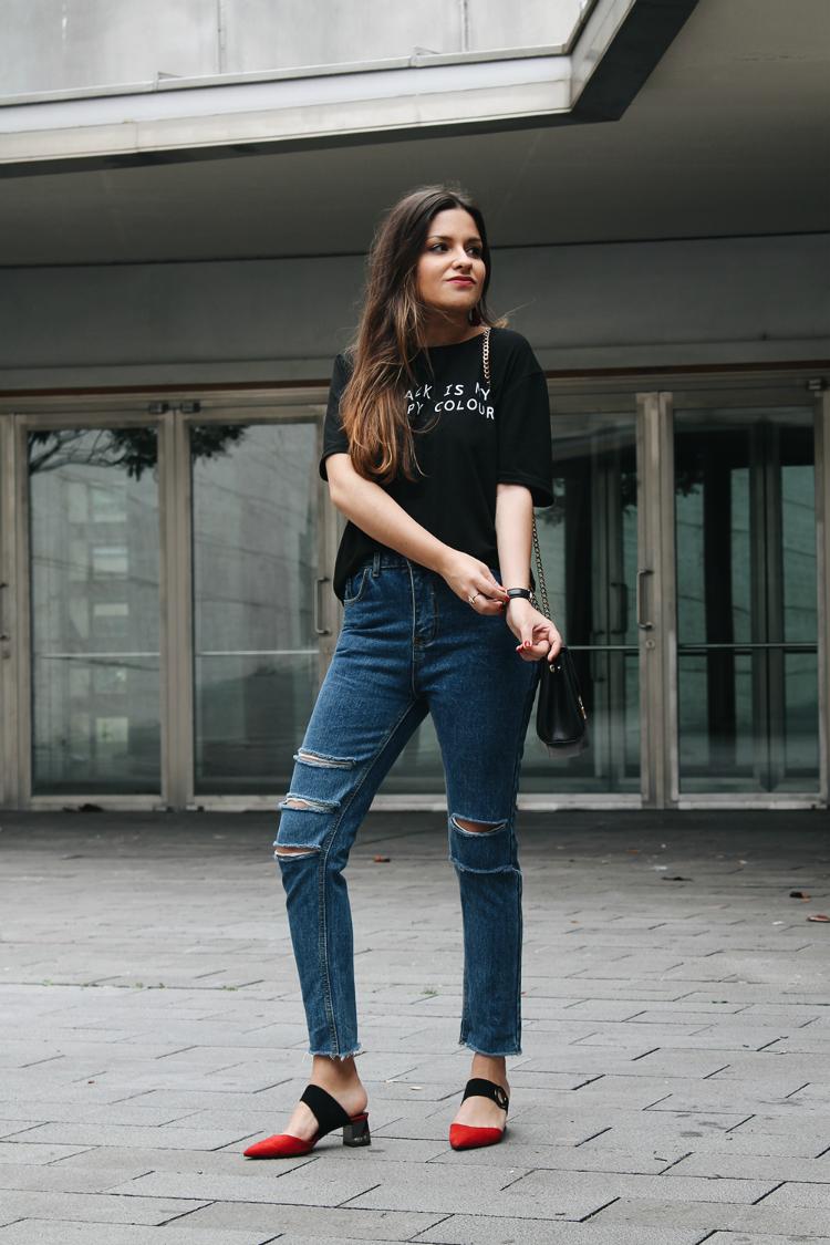 Outfit de entretiempo con jeans, zapatos mules de moda y camiseta negra