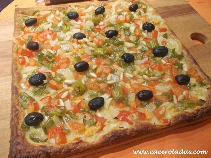 Coca de hojaldre vegetal con salsa especial de queso