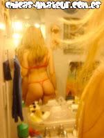 rubia se muestra desnuda
