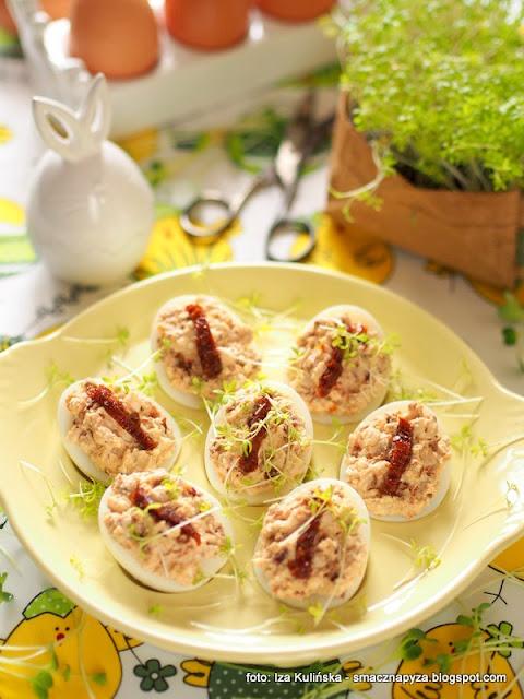 jajeczka z farszem, farsz serowo pomidorowy, jaja, wielkanoc, wielkanocne przepisy, swiateczne sniadanie