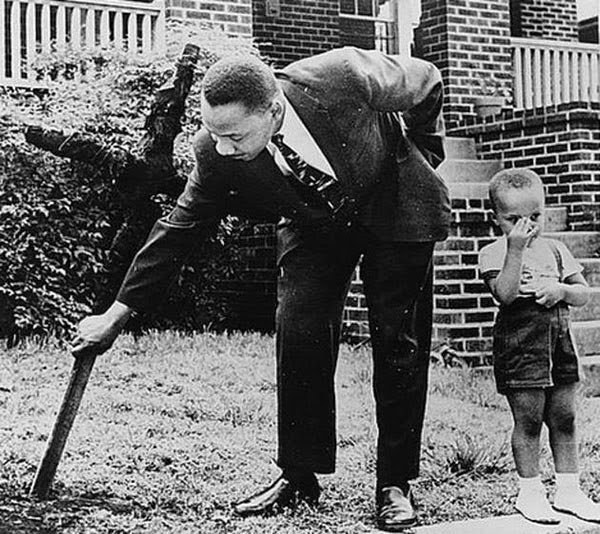 Rarest Historical Photos, That you can Never Forget. - A photo of Martin Luther King, Jr with his his son.