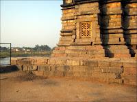 Regardez! C'est propre du côté gauche du temple!