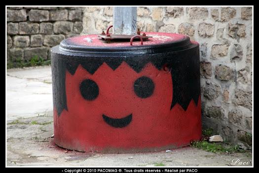 street art dans la ville de sedan, playmobil rouge par paco le street artiste sedanais