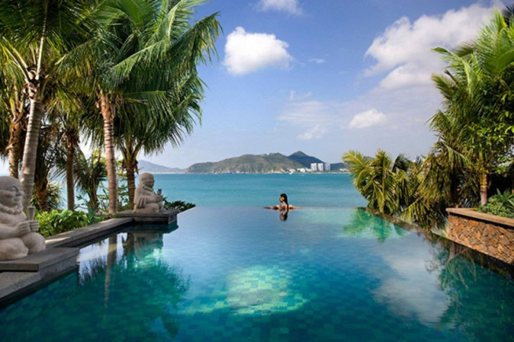 29 Most Amazing Infinity Pools in Pictures - Mandarin Oriental, China