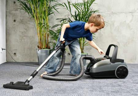 niño limpiando