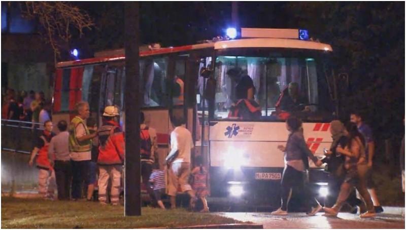 Petugas mengevakuasi warga keluar dari mall saat penembakan di Munich