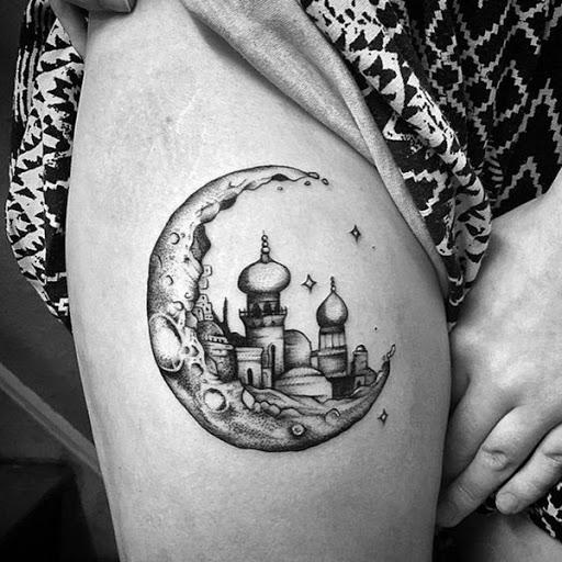 Este preto e cinza tatuagem usa uma lua crescente para enquadrar o horizonte do Taj Mahal, enquanto a imagem é embelezado com algumas estrelas cintilantes.