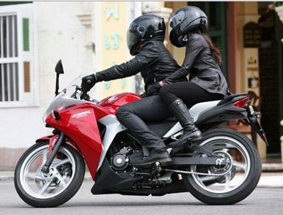 Pentingnya Menggunakan Helm Bagi Pengendara Motor