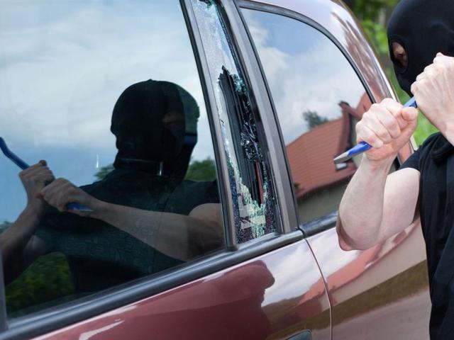 Έσπασαν το τζάμι αυτοκινήτου για να κλέψουν κινητό