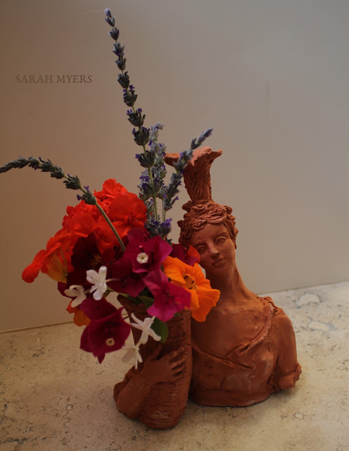 lady, plumes, basket, sarah, myers, art, arte, artist, terracotta, sculpture, vase, escultura, skulptur, flowers, bouquet, arrangement, beautiful, feathers, woman, figurative, decor, decorative, contemporary, modern, red, earthenware, clay, face, eyes, cornucopia, lavender, nasturtiums, jasmine, bougainvillea, spring, printemps, primavera, handmade, classical