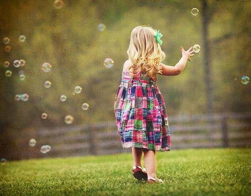 Resultado de imagem para crianças brincando na chuva tumblr