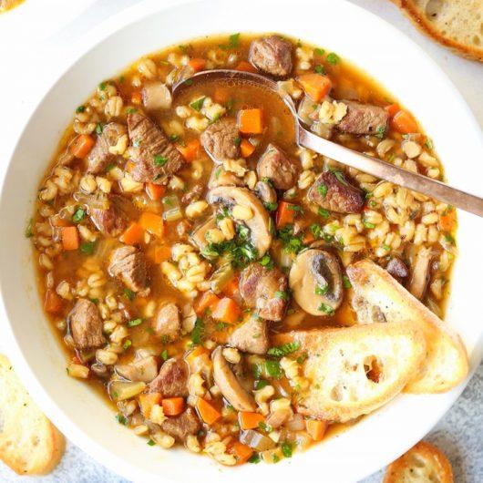 Τι τρώμε για το κρύο; Σιγομαγειρεμένη κρεατόσουπα με λαχανικά και κριθάρι