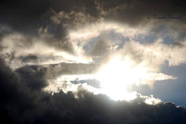 Sole al tramonto che filtra attraverso  le nuvole