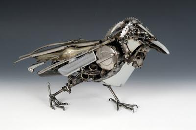 Pájaro hecho con material metálico reciclado