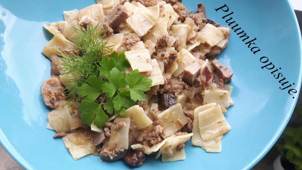 Łazanki z mięsem mielonym, kapustą i grzybami.